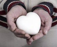 Мраморное сердце в его руках Стоковые Изображения RF