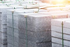Мраморные плиты, вымощая камни, строительный материал на паллетах стоковая фотография