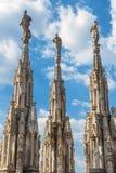 Мраморные статуи на foof собора милана Стоковая Фотография RF
