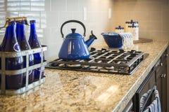 Мраморные счетчик и плита кухни с оформлением сини кобальта стоковое фото