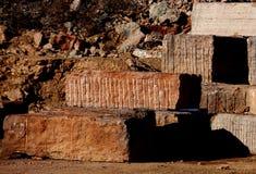 Мраморный карьер при много больших блоков мрамора извлеченных от Стоковое фото RF