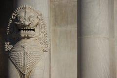 Мраморный лев и мраморные штендеры стоковые изображения