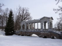 Мраморный мост в парке Катрина Взгляд собора Андрюа апостола Россия стоковые фотографии rf