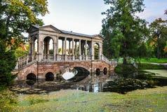 Мраморный мост в парке Tsarskoe Selo, Санкт-Петербурге Стоковая Фотография