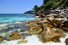 Мраморный пляж - скалистый берег Стоковое Изображение