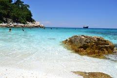 Мраморный пляж - скалистый берег 3 Стоковое Изображение RF
