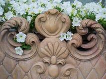 Мраморный стенд с белыми цветками стоковые изображения rf