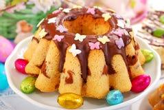 Мраморный торт кольца с шоколадом и брызгает стоковые фотографии rf