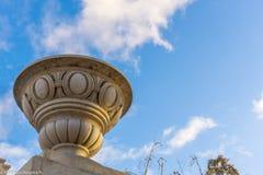 Мраморный шар na górze структуры, с голубым небом позади Стоковая Фотография