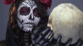 Мрачная невеста восхищает череп ее любимого, замедленное движение акции видеоматериалы