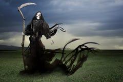 Мрачный ангел жнеца смерти на лужке Стоковые Фотографии RF