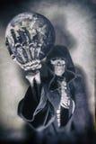 Мрачный жнец держа землю Стоковая Фотография RF