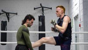Мужеская кавказская тренировка бойца Muttahida Majlis-E-Amal боксера сток-видео