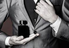 Мужеские духи Бутылка духов или кёльна Духи человека, благоухание Мужское благоухание и парфюмерия, косметики r стоковое изображение rf