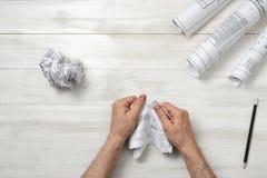 Мужеские руки срывая плохого архитектора рисуя к частям Стоковое фото RF