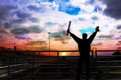 Мужеский силуэт мужского инженера услаженный к время проверки внутри на заходе солнца стоковая фотография rf