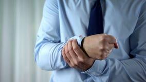 Мужская боль запястья руки чувства менеджера, совместное воспаление, синдром тоннеля carpal стоковая фотография