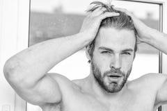 Мужская забота привлекательного возникновения о красоте Необходимый режим красоты практик Забота и холить кожи Ваша красота стоковая фотография