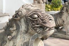 Мужская китайская каменная статуя льва Стоковое Изображение