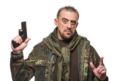 Мужская куртка войск террориста оружие в его руке стоковые фото