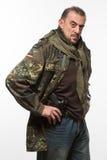 Мужская куртка войск террориста оружие в его руке стоковые фотографии rf