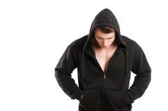 Мужская модель нося как раз черный hoodie и смотря вниз Стоковая Фотография