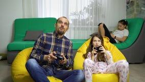 Мужская няня имея потеху с детьми дома сток-видео