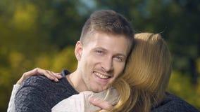 Мужская обнимая женщина и смотреть камеру, отношение любов, агенство замужества акции видеоматериалы