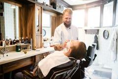 Мужская получая обработка бороды волос Стоковая Фотография