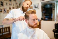 Мужская получая обработка бороды волос Стоковые Изображения RF