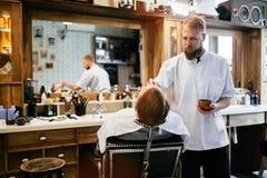 Мужская получая обработка бороды волос Стоковое Фото