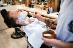 Мужская получая обработка бороды волос Стоковые Изображения