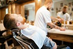 Мужская получая обработка бороды волос Стоковые Фотографии RF