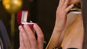 Мужская представляя девушка драгоценное предложение кольца и делать на партии, романс видеоматериал