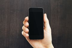 Мужская рука держа пустой телефон стоковые изображения rf