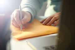 Мужская рука держа серебряную ручку стоковое изображение rf