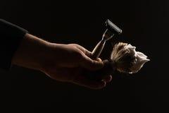 Мужская рука держа брить оборудование Стоковые Изображения RF