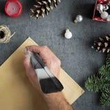 Мужская рука держа в ручке чернил руки и писать письмо к Санте Стоковая Фотография RF