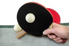 Мужская рука держа изолированную ракетку пингпонга, Стоковые Изображения RF