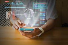Мужская рука используя телефон цифров беспроволочный умный с Virutal Realit стоковая фотография rf