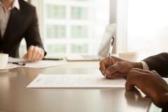Мужская рука кладя подпись, подписывая concep контракта партнерства Стоковое Фото