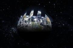 Мужская рука лежит поверх глобуса против звездного неба стоковые изображения