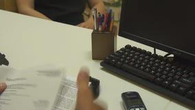 Мужская рука Мейн дела снимает бумажный договор подряда акции видеоматериалы