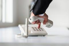 Мужская рука набирая телефонный номер для того чтобы сделать телефон ca стоковая фотография rf