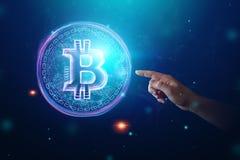 Мужская рука нажимает на дальше hologram bitcoin, ультрафиолетов творческую п стоковая фотография