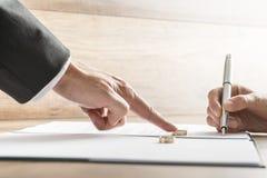 Мужская рука нажимая обручальное кольцо сверх к женской руке около к Стоковое фото RF