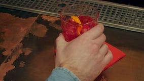Мужская рука оплачивая для коктеиля сток-видео