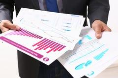 Мужская рука пальца пункта руки к диаграмме Стоковая Фотография RF