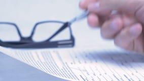 Мужская рука пишет в деловом документе лежа на таблице Конец-вверх акции видеоматериалы