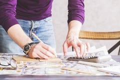 Мужская рука подсчитывая и писать Стоковое Изображение